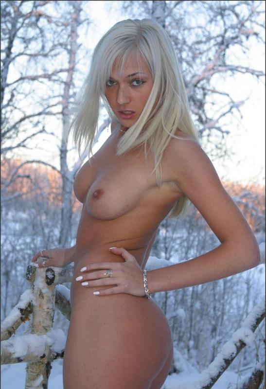 Спортивная блондинка в сапогах позирует голая на снегу в мороз 10 фото
