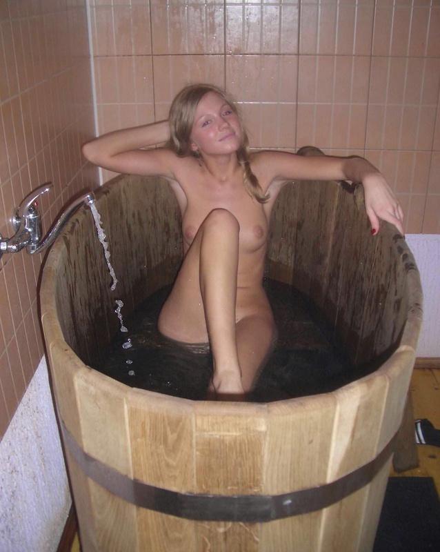Голая блондинка лежит в деревянной ванне 14 фото