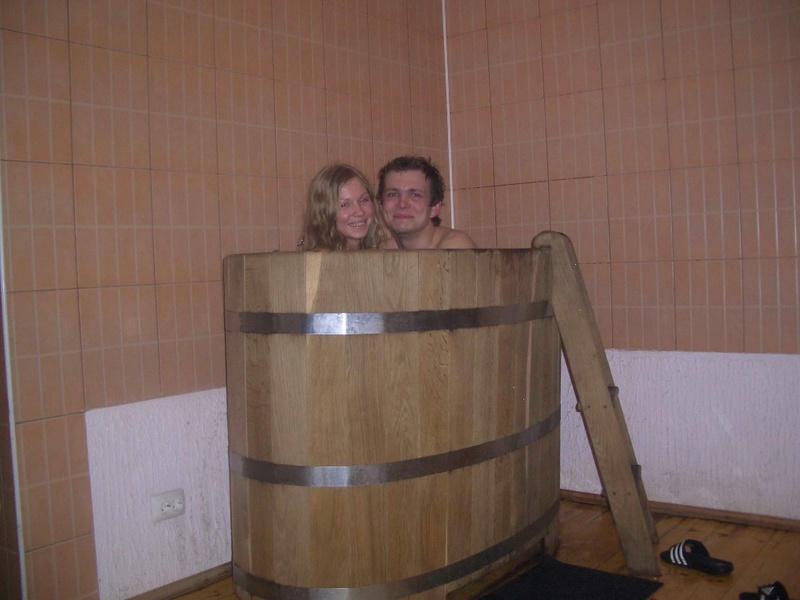 Голая блондинка лежит в деревянной ванне 18 фото