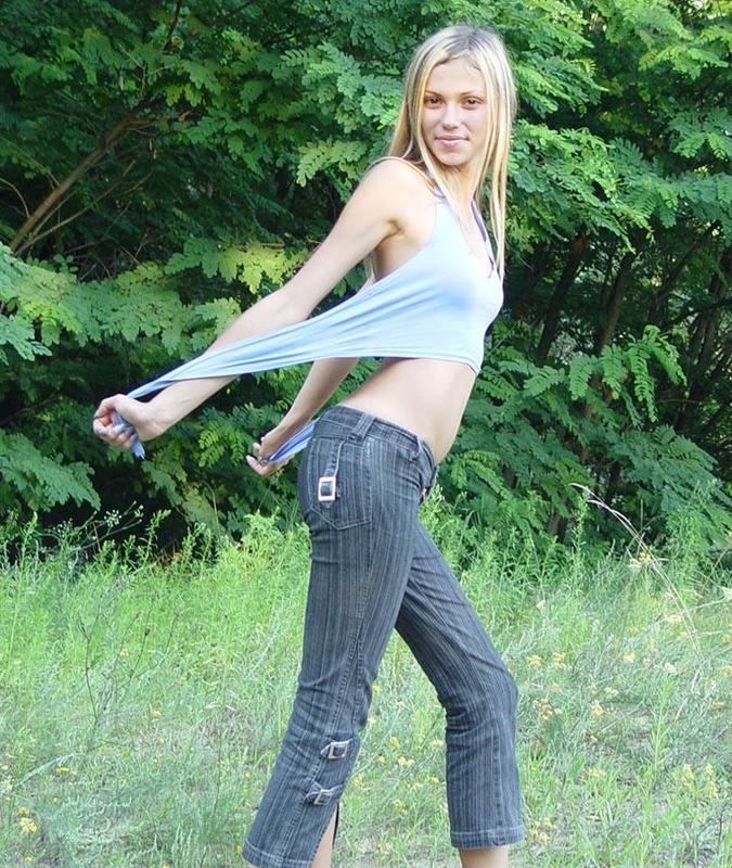 Блондинка сняла майку и джинсы на лесной тропинке для хахаля 7 фото