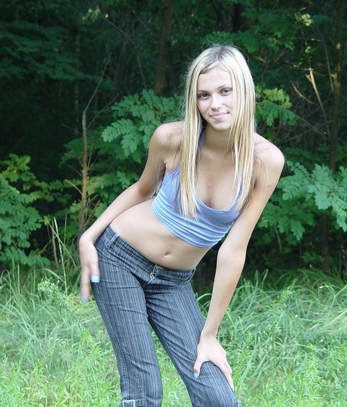 Блондинка сняла майку и джинсы на лесной тропинке для хахаля 4 фото