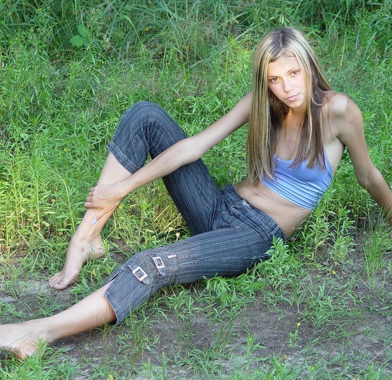 Блондинка сняла майку и джинсы на лесной тропинке для хахаля 2 фото
