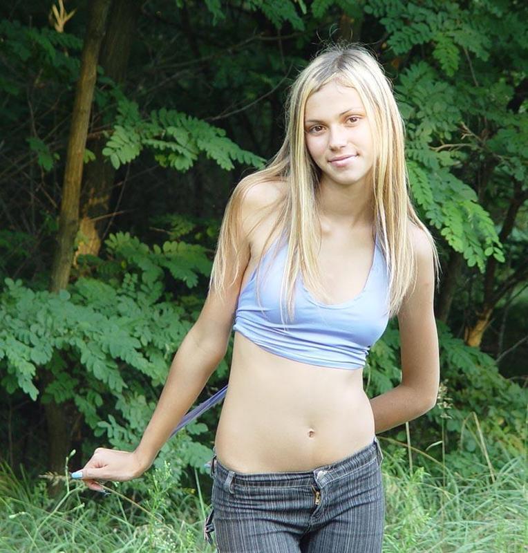 Блондинка сняла майку и джинсы на лесной тропинке для хахаля 6 фото
