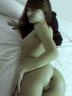 Милая брюнетка кружится на белоснежной постели