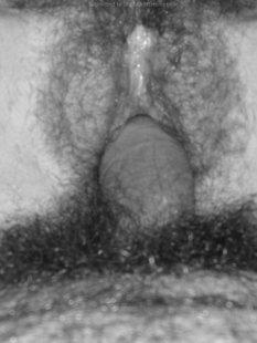 Черно-белые снимки девушки с волосатой пилоткой