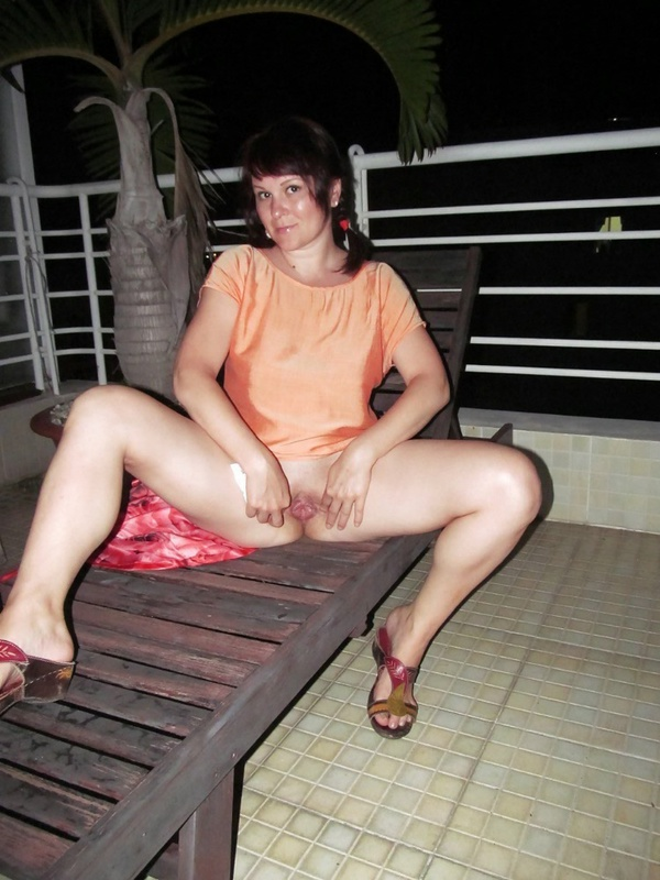 Русская продавщица примеряет эротическую одежду для любовника 3 фото