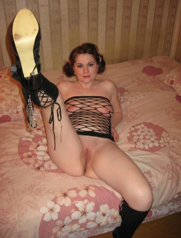 Русская продавщица примеряет эротическую одежду для любовника 13 фото