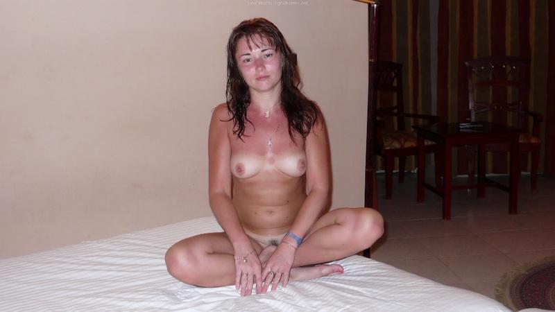 Русская девушка обгорела на пляже и парень снимает её голую 16 фото