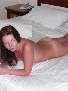 Русская девушка обгорела на пляже и парень снимает её голую