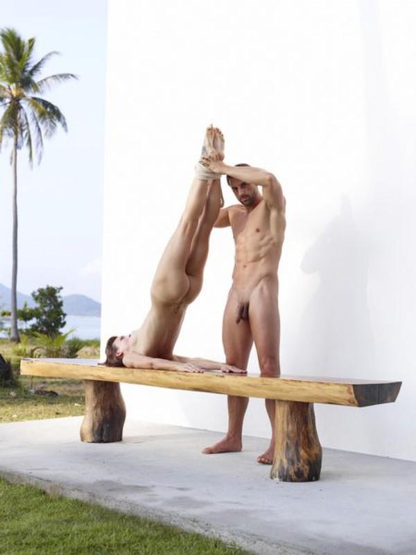 Качок помогает голой жене-гимнастке тренироваться на лавке в саду 2 фото