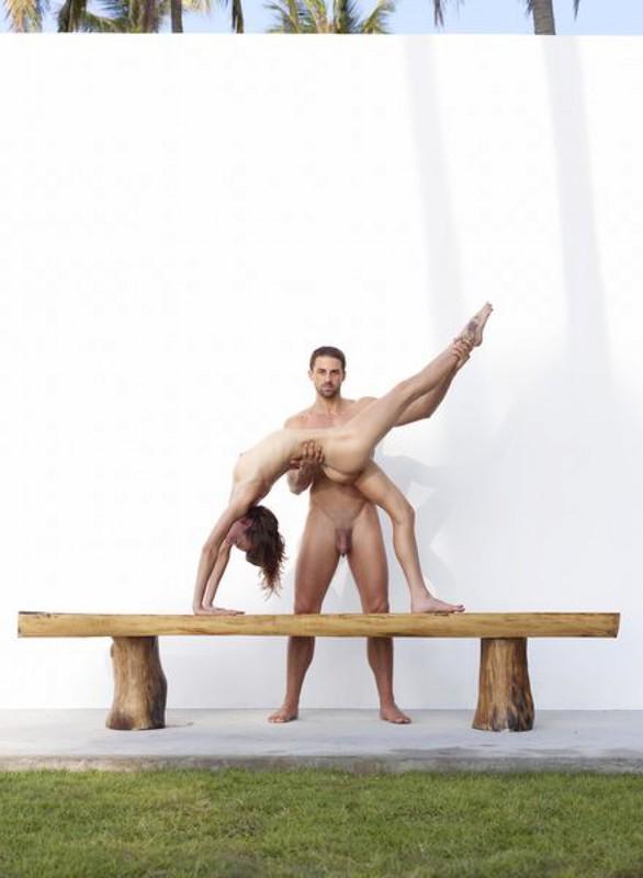 Качок помогает голой жене-гимнастке тренироваться на лавке в саду 10 фото
