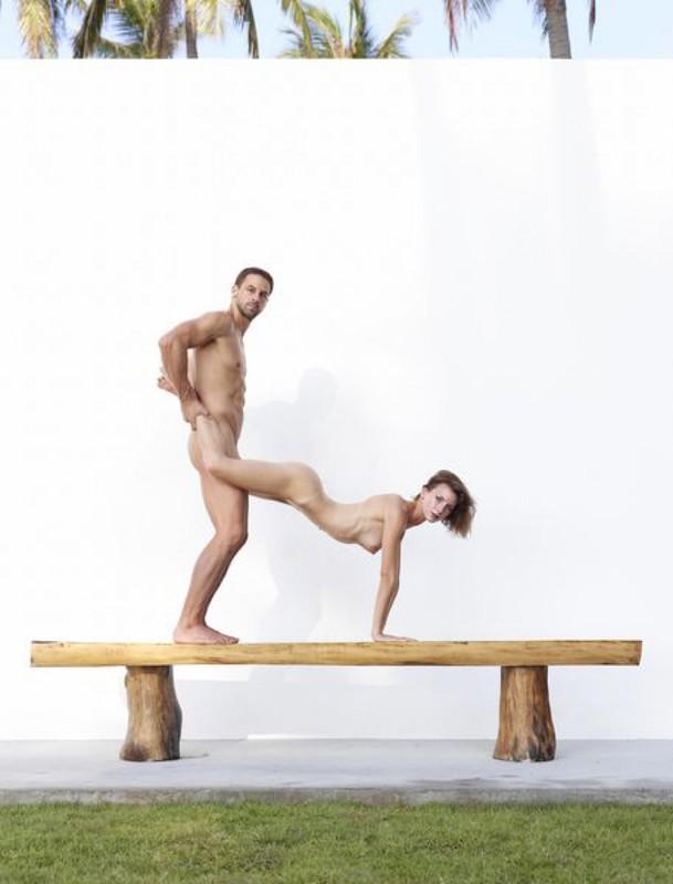 Качок помогает голой жене-гимнастке тренироваться на лавке в саду 14 фото