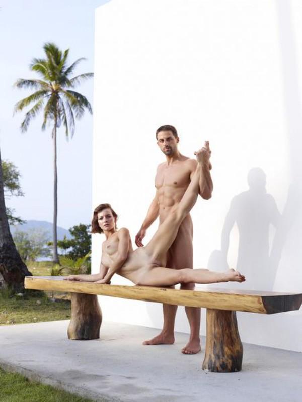 Качок помогает голой жене-гимнастке тренироваться на лавке в саду 11 фото