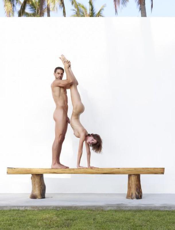 Качок помогает голой жене-гимнастке тренироваться на лавке в саду 19 фото