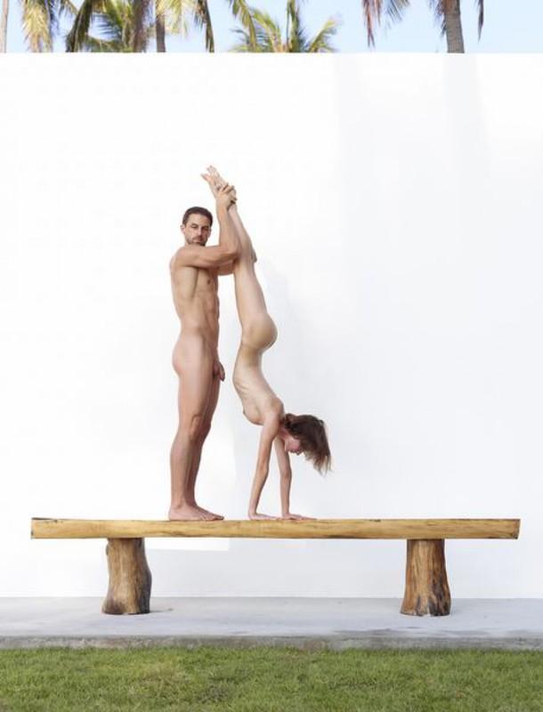Качок помогает голой жене-гимнастке тренироваться на лавке в саду 26 фото