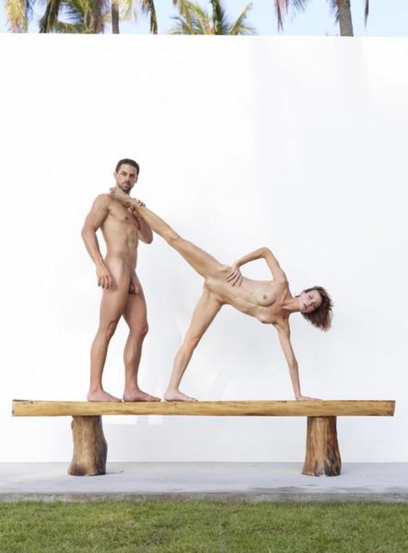 Качок помогает голой жене-гимнастке тренироваться на лавке в саду 21 фото