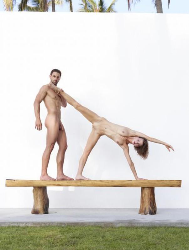 Качок помогает голой жене-гимнастке тренироваться на лавке в саду 29 фото