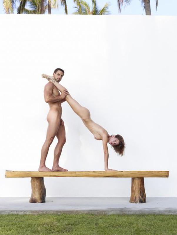 Качок помогает голой жене-гимнастке тренироваться на лавке в саду 32 фото