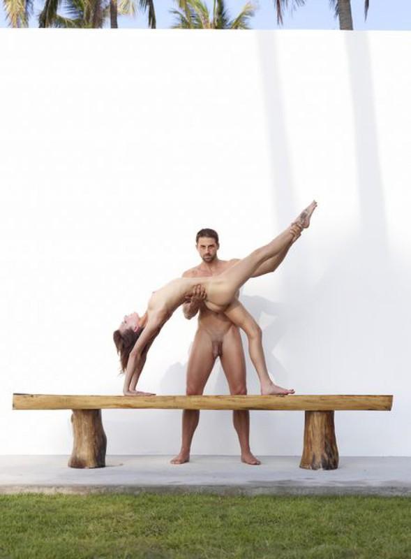 Качок помогает голой жене-гимнастке тренироваться на лавке в саду 31 фото