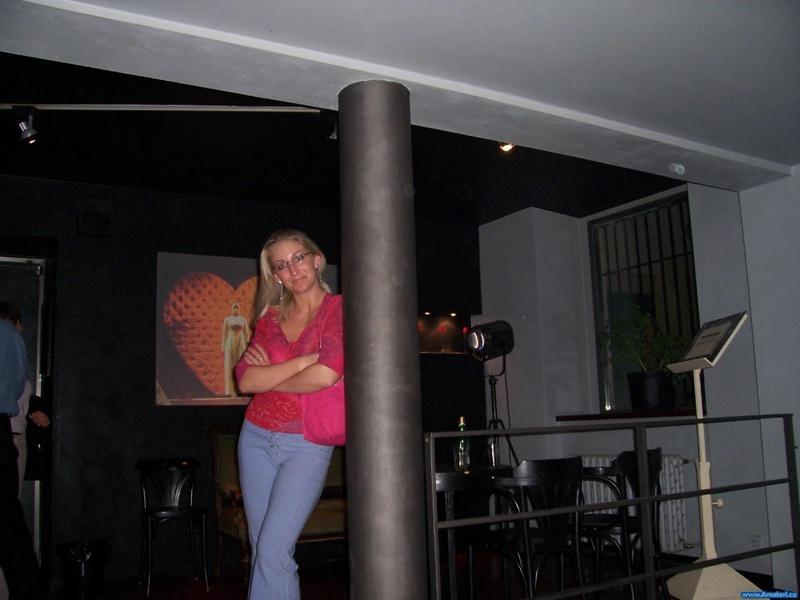 Гибкая мамаша сосет и дрочит член в отеле 1 фото