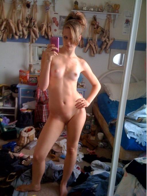 Голые девушки позируют перед зеркалом с телефоном 5 фото