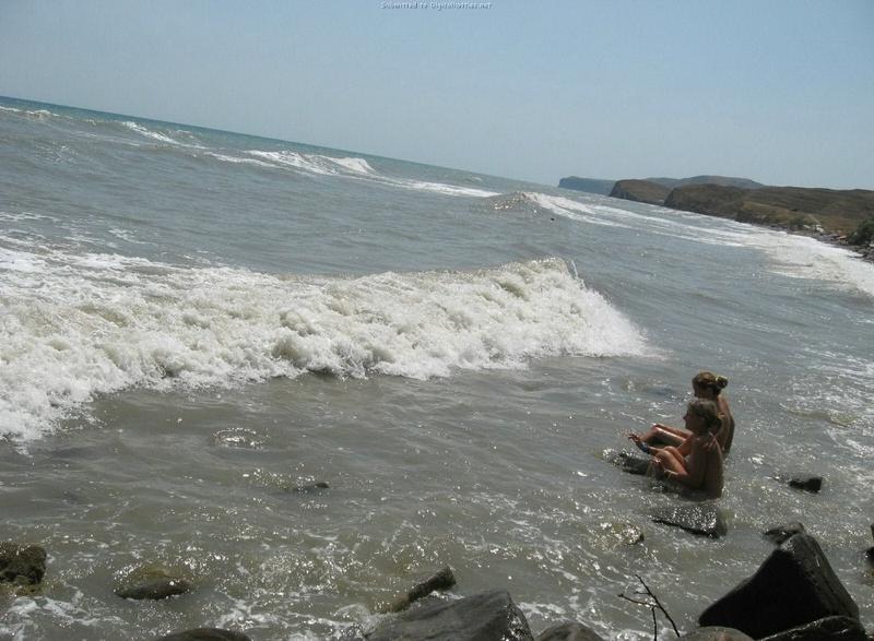 Эротические снимки отдыхающих дикарями девушек на море 8 фото