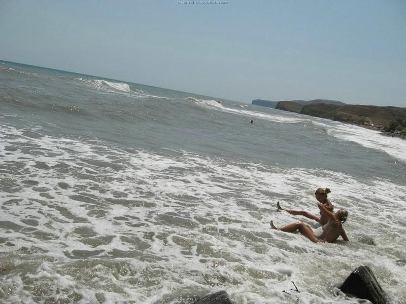 Эротические снимки отдыхающих дикарями девушек на море 18 фото