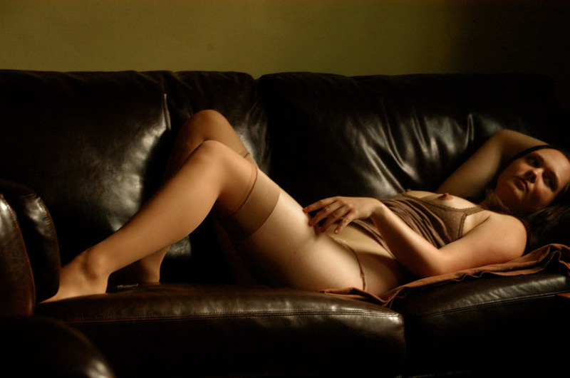 Девка в чулках позирует на кожаном диване и развлекается с дилдо 2 фото