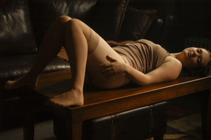 Девка в чулках позирует на кожаном диване и развлекается с дилдо 1 фото
