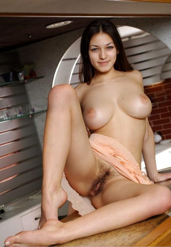Гимнастка с натуральными дойками забралась на кухонную стойку 4 фото