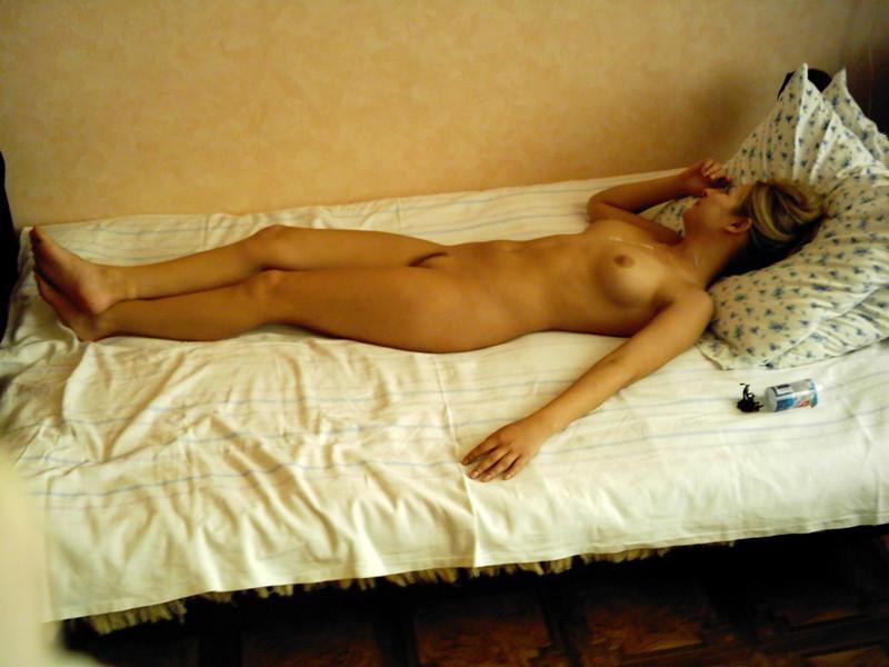 Русская девушка позирует для своего парня в белье и голой 19 фото