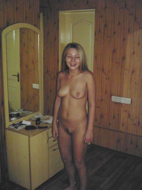 Русская девушка позирует для своего парня в белье и голой 17 фото