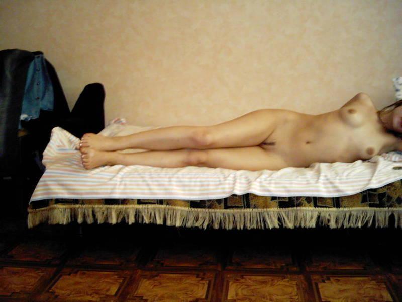 Русская девушка позирует для своего парня в белье и голой 11 фото