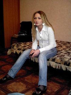 Русская девушка позирует для своего парня в белье и голой