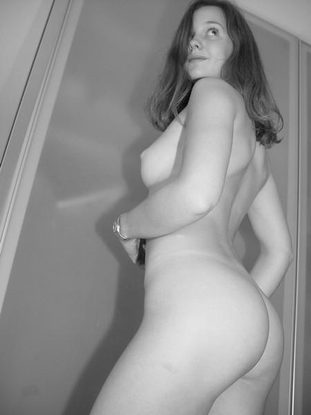 Черно-белые снимки 18летней и милой девушки с большой попкой 5 фото
