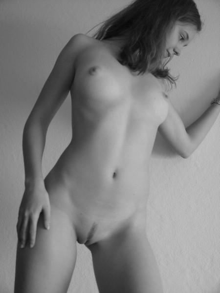 Черно-белые снимки 18летней и милой девушки с большой попкой 17 фото