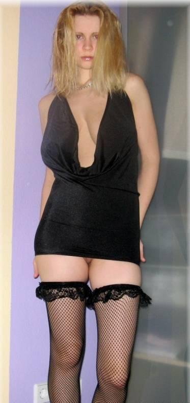 Тупая блондинка повсеместно показывает свои огромные буфера 11 фото