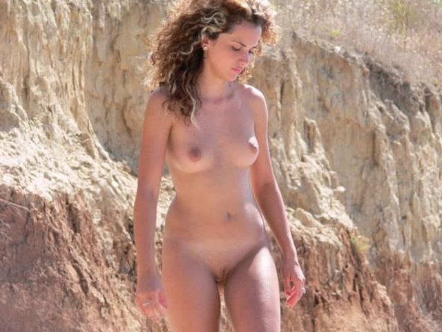 Голые красотки фотографируются прилюдно на пляже 3 фото