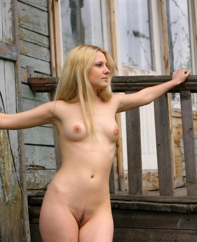 Молодая блонда разделась на веранде 6 фото