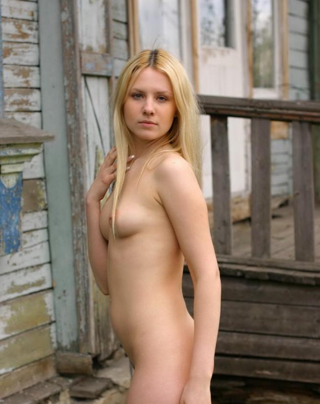 Молодая блонда разделась на веранде 1 фото