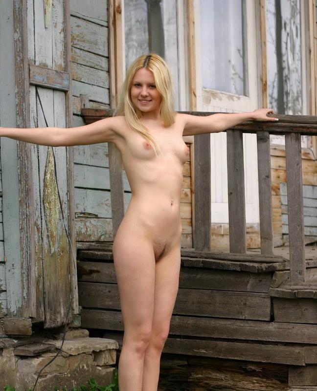 Молодая блонда разделась на веранде 8 фото