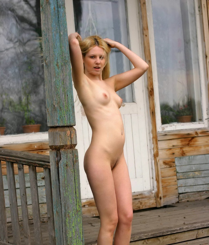 Молодая блонда разделась на веранде 20 фото