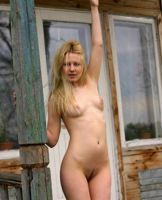 Молодая блонда разделась на веранде 19 фото