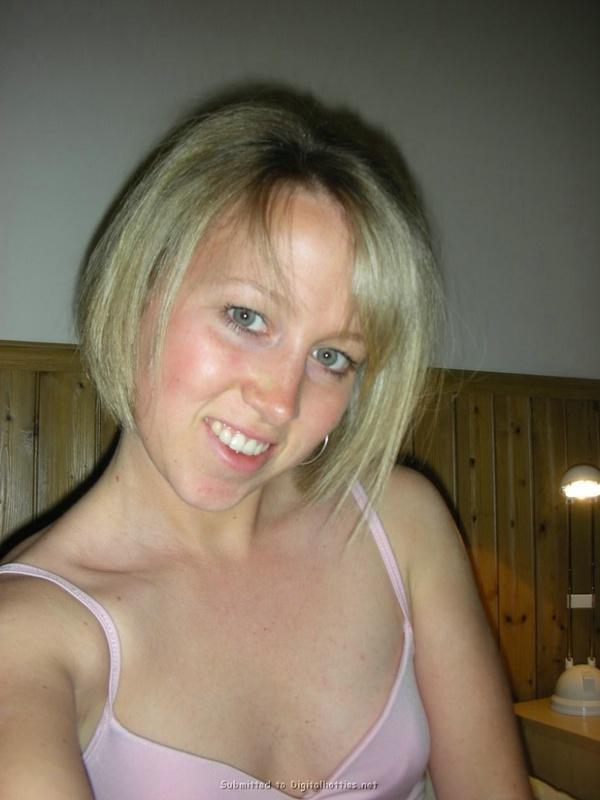 Голая девушка флиртует с нами в ванной и на постели 1 фото