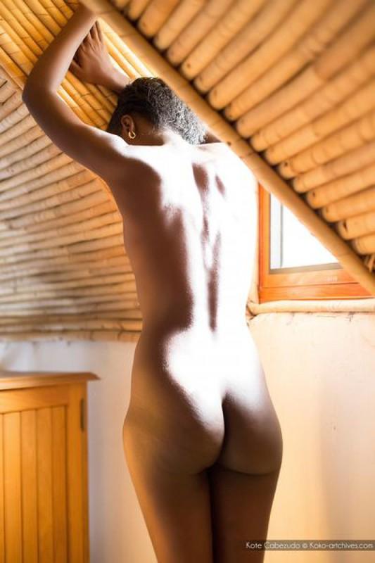 Голая негритянка показывает шоколадное тело на чердаке дома 13 фото
