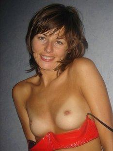 Загорелая худая девушка позирует в сексуальном белье оголяя свою вульву