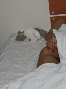Сексуальная цыпочка мастурбирует в душе