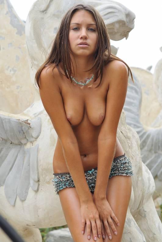 Голубоглазая очаровашка обнажает загорелое тело у памятника 4 фото