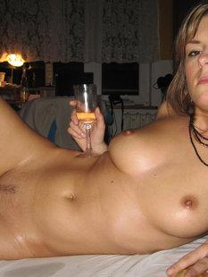 Замужняя шалава выпивает и дрочит парню, пока мужа нет дома