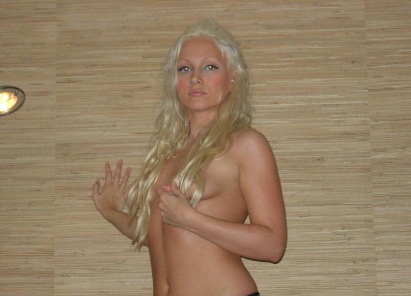 Красивая блондинка встала раком на кожаном диване 3 фото